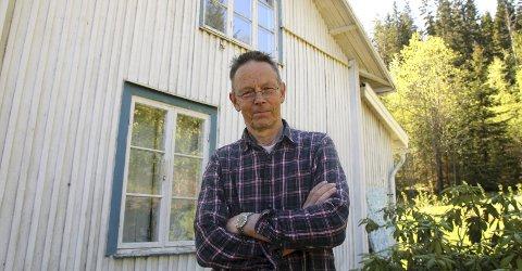 Bygg: Tore Hansen er blant de ti kunstnerne som krever at det bygges nytt bygg for Norsk Skogfinsk Museum nå. Tomta er plukket ut, og museet har en opsjon på fem år på området. Foto: Anita Krok