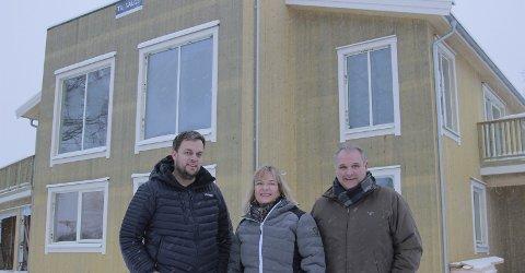 NYTT: Anders Bjerke, Siv Iren Helle (DNB Eiendom) og Anders Repshus ser fram til å selge de to boligene i Kirkestredet.