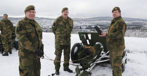 SALLUTERTE: Stein Briskerud (t.v.), Håken Holmen og Thor Arne Svendsrud var blant HV-mannskapene som sørget for at kongs Haralds 80-års dag ble markert med 21 smell fra Kongsvinger festning.