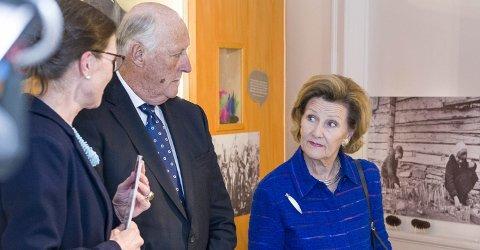 Engasjert: Dronning Sonja kan virkelig sin Dagny Juel, hun og kong Harald ble vist rundt i utstillingene av museumsleder Mona Holm og avdelingsdirektør Mona Pedersen.