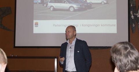 VILLE HA MENINGER: Rune Lund, kommunalsjef samfunn i Kongsvinger kommune, ønsket velkommen til folkemøtet som var innbyggernes mulighet til å komme med synspunkter på hvilken parkeringsstrategi kommunen bør velge i sentrum.