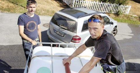 VANNHJELP: Bjørn Aronsen (t.v.) får vann av brannkonstabel Per Tommy Pedersen ved brannstasjonen i Kongsvinger.FOTO: SIGMUND FOSSEN