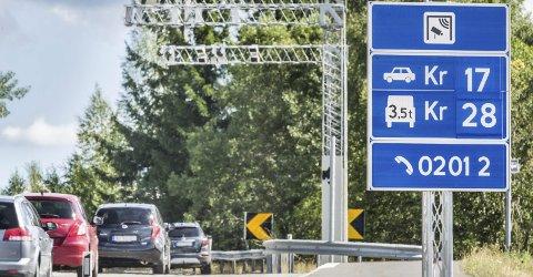 ØKER: Trafikken på fylkesvei 250, gamle Osloveien, har økt med nesten 60 prosent etter at bomprisene ble halvert. Det gjør at Statens vegvesen vil stoppe billigordningen på sideveiene.FOTO: JENS HAUGEN