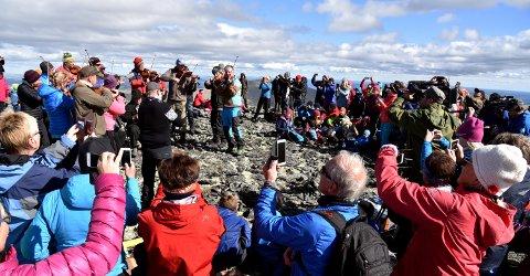 LOKALE KJENDISAR: Det mangla ikje på fotografering da Mukampen spelte opp på toppen av Heidalsmuen (1745 moh) søndag ettermiddag.