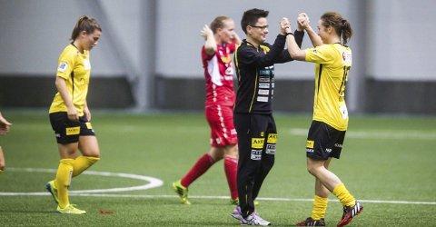 FINALE: Marte Berget får klapp på skuldra av trener Monica Knudsen etter kvartfinaleseieren over Sandviken. Lørdag venter Avaldsnes i cupfinale. Foto: Lisbeth Andresen