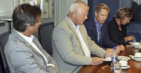 Signerte avtalen: Hadeland Energi-eierne skrev under aksjonæravtalene på Jaren tirsdag kveld. Fra venstre EB-konsernsjef Pål Skjæggestad, Gran-ordfører Knut M. Lehre, Lunner-ordfører Harald Tyrdal og Jevnaker-ordfører Hilde Brørby Fivelsdal.