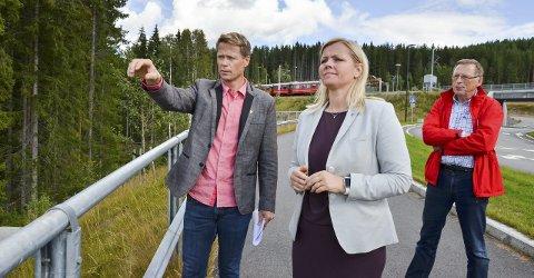 SENTRUMSPLANER: Harald Tyrdal ønsker seg en ny periode i ordførerstolen. Her forteller han Aps partisekretær Kjersti Stenseng om planene for Harestua. Terje Vestby (9.-kandidat hos Lunner Ap) til høyre.