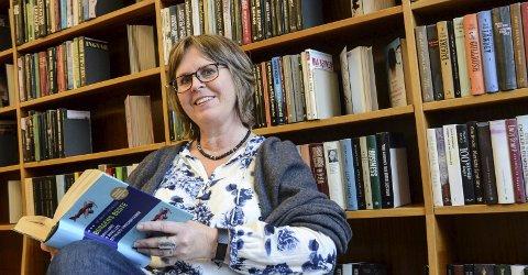 Leseleiar: Erika Alnæs tilbyr nytt konsept på biblioteket for å auke leseglede og inkludera fleire i litteraturen si verd. Foto: Mette Bleken