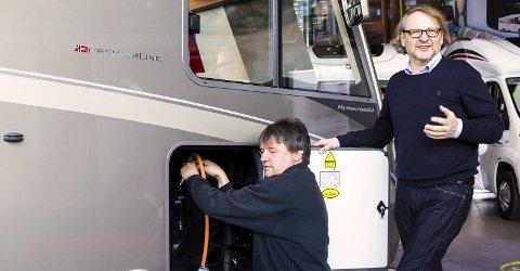 EU-KONTROLL: Generalsekretær i Norges Caravanbransjeforbund (NCB), Geir Hollm (stående) ønsker kontroll av gassanlegg i bobil inn på EU-kontrollen. Foto: Norges Caravanbransjeforbund