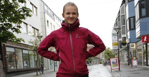 Startskudd: Edith Allern gjør seg klar til å arrangere nok en Brobyggerstafett. 18. juni går startskuddet i Sandnessjøen. Påmelding skjer via Facebook. Foto: Jill-Mari Erichsen