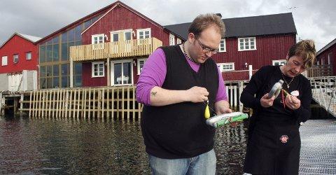 HEKTISK:Sverre Holger Hansen har en hektisk tid foran seg. Å gjøre klar fiskesnører til turistene er en av mange oppgaver. Her sammen med Siv Bratt. Arkivfoto: Jarl G. Sandholm