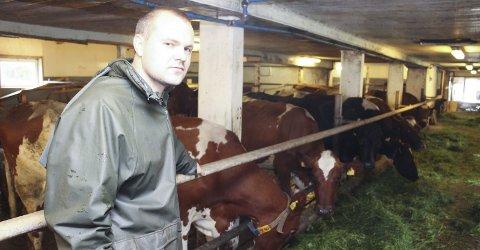 NYBAKT BONDE: Einar Meisfjord (30) i fjøset på Meisfjord gård i Leirfjord.Foto: Jarl G. Sandholm