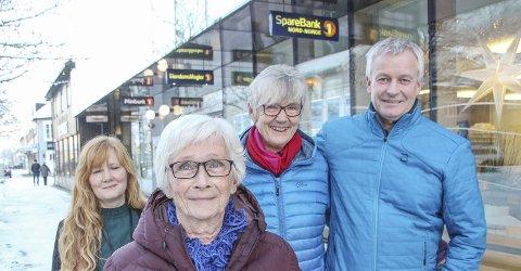 DANS: Finansrådgiver Rita Halkjelsvik (t.v.) og banksjef Atle Edvardsen ønsker at alle som ønsker skal kunne hive seg med på dans sammen med Erna Dolmen (foran) og Turid Halkjelsvik. Foto: Rune Pedersen