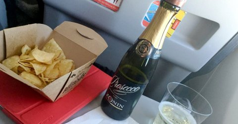 KAN ØDELEGGE: Det er ikke uvanlig å ta seg et glass vin eller litt øl på flyet, men for noen kan det bli en dråpe for mye. Dette kan ødelegge ferieturen for andre, mener forfatteren av innlegget.
