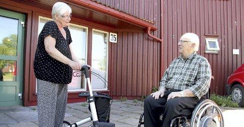 Jubel: Anne Grethe Jensen jublet sammen med naboen Sverre Auen i rein glede over at de igjen kan komme seg ut og nyte sommerværet. begge foto: lars ivar hordnes