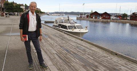 MED NY BOK: Finn Sjue er lettet over at det massive arbeidet med dokumentarboka «Ravnen» nå er over. Ronald Bye var med på skrivearbeidet fram til 2017, da han døde. Foto: Lars Ivar Hordnes