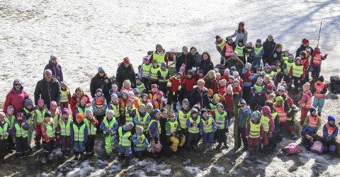 Hele gjengen: Ti barnehager traff hverandre i Studsdalen for å markere barnehagedagen. Med å markere var også folk Fagforbundet og Utdanningsforbundet. Temaet i år var «Vi vil leke»