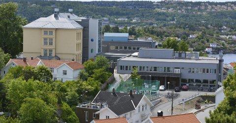 BØR BLI: Både 1.–4. klasse og 10. klasse bør fortsatt være på skolesenteret på Feierheia, framgår det av høringsuttalelser som kommunen har fått. Arkivfoto