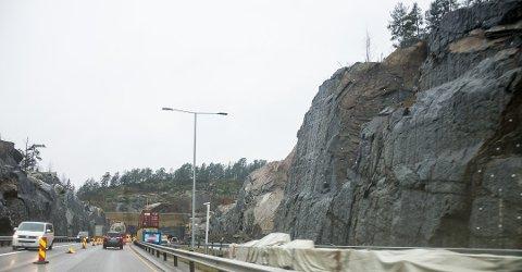 FEIL I FJELLET: På rasstedet ved E18 peker eksperter på fjell og sprengning på at det er naturlige slepper i fjellet, noe som er tydlig etter at raset har gått. Arbeidet med å rydde opp og undersøke rasstedet pågår mens trafikken går forbi i nordgående løp. Foto:Elisabeth Løsnæs