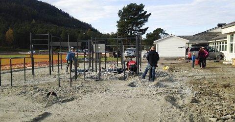 Takka vere iherdig dugnadsinnsats frå mange flinke folk har arbeidet gått kjapt med Tufteparken på Husnes. No er alle stativa på plass. (Foto: Anna Kathrine Bjelland Mathisen).