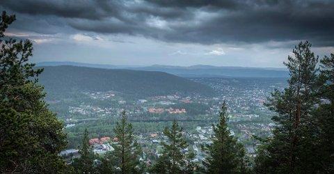 GRÅTT: Det blir igjen gråvær over Kongsberg. Regnværet starter tirsdag kveld.