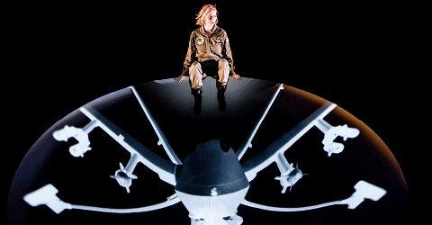 REKYL: Line Heie Hallem i dagsaktuelt stykke om de menneskelige og moralske kostnadene ved dronekrigføring.