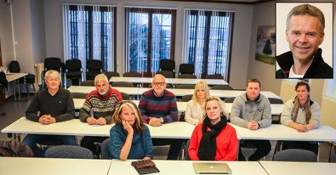 INVOLVERT: Ivar Øvrevaage (nr. tre bak fra v.), Merethe Ekeberg (nr. fire), Stine Stensrød (ytterst til h. bak), Kjersti Bakker og Fredrikke Stensrød (begge foran) satt i kommunestyret for Frp før de meldte seg ut. Nå er de gått over til Høyre, sammen med Odd-Roger Duun, Arild Norum og Terje Lerstein i styret/vararepresentanter. Jussprofessor Geir Woxholth (innfelt) reagerte i fjor vinter kraftig på at styret tømte store deler av lokallagskontoen først. Det var før regningen for avskjedsmiddagen nå ble kjent.