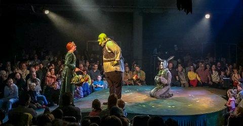 FØLGER MED: Publikum satt tett på skuespillerne i årets Applaus-oppsetning på Verket Scene. Tre av de største rollene ble spilt av Hannah Hunslund (prinsesse Fiona, fra venstre), Hans Ringstad (Shrek) og Odin Reino Trolltun (Esel).