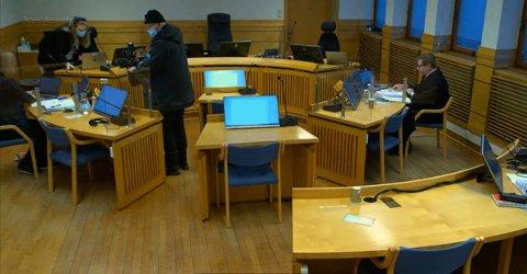 Rettssaken mandag morgen i Sør-Trøndelag tingrett. Tiltaltes forsvarer Torfinn Svanem er helt til høyre i bildet, og statsadvokat Unni Sandøy er helt til venstre. Pressen følger saken via videostream.