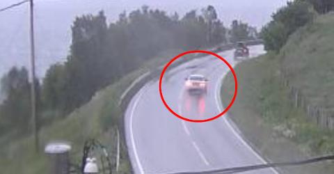 Hvilken retning kjører den hvite bilen i forgrunnen?