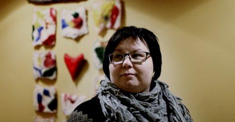 NAKKER HØYT OM TAUSHETEN: Psykolog Anne Lene Turi Dimpas snakker om tausheten i Sápmi. Det debatteres på Riddu Riddus åpningsdag. Foto: NRK
