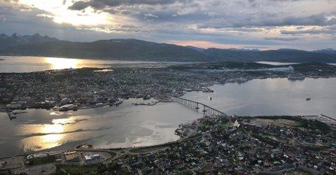 MYE EKSOS: Cruiseskipene slipper ut store mengder drivstoff under havneligg. I Tromsø slapp cruiseskipene ut 2900 tonn CO2 i 2017, skriver iTromsø. Bildet viser røyk fra Skorsteinen til MSC «Meraviglia» til kai i Breivika tildligere i sommer.
