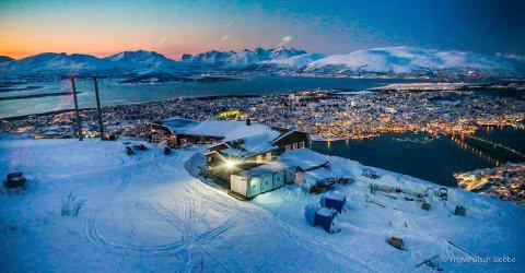Trafikken opp til platået over Tromsdalen har økt kraftyig. Nå vil Fjellheisen bygge ut. Foto: Yngve Olsen