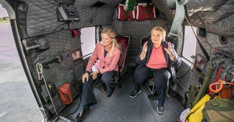 NY BASE: Samfunnssikkerhetsminister Ingvil Smines Tybring-Gjedde (Frp) og statsminister Erna Solberg (H) poserer for fotografen i et Sea King redningshelikopter i Tromsø tidligere i høst.