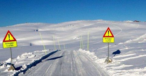 BYGGER VINDPARK: Arbeidet med vindparkene på Kvaløya er godt i gang. Her fra anleggsveien opp mot Kvitfjell og Raudfjell, sør på Kvaløya. Bildet ble tatt i mars 2018.