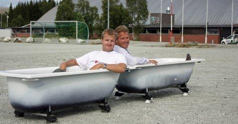 BADEKAR: Før valget i 2011 satte Høyres listetopper Øyvind Hilmarsen og Jens Johan Hjort seg i hvert sitt badekar på Templarheimen for å markere hvor de ville bygge Tromsøbadet. Nå får prosessen kritikk, spesielt byrådets hoveddokument fra 2015.