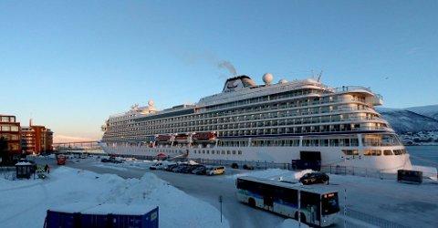 KANSELLERT: Det kan bli lenge til neste cruiseskip legger til kai i Tromsø. Her er Viking Sky fotografert på Prostneset i Tromsø i fjor vinter. Arkivfoto: Silje Solstad