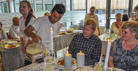 SERVERER REKTOR: Junie Lirio skjenker i til Brandbu-rektor Ragnar Kjøk. Junie og Mathilde Hansrud fikk for øvrig pris for beste borddekking og servering under kokkekampen.