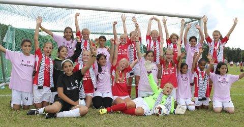 Palestinske venner: Jentene fra Bagn og FC Palestina var strålende fornøyde etter en god fotballkamp. Bagn-jentene fikk Palestina-skjerf i fairplay-gave. Foto: Ida Cathrine Bjune