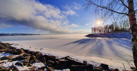 SMÅKJØLIG: Det er kaldt over hele Innlandet og det varer til langt uti neste uke. Isen legger seg på Mjøsa ved Gjøvik og frostrøyken står fra vannet.