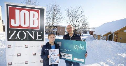 STOLT: Daniel Rishaug Kjos (12) har fått Jobzones Veldedighetspris for Follo i 2018 for sitt engasjement for Redd Barna. Nå går han videre til landsfinalen hvor han kan vinne ytterligere 100.000 kroner. Morten Johan Melby ved Jobzone Ski overrakte sjekk og diplom i timen i 7B ved Hebekk skole.