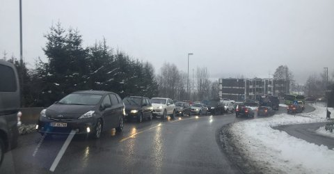 KØ: Tunnelstengingen førte til lang kø i Drøbak.