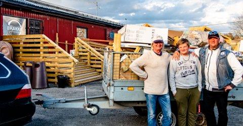 KLARE TIL Å ÅPNE: Tre generasjoner Holm rydder bort det siste fulle lasset med avfall etter opussingen av KulturBrakka. Fra venstre Geir Holm (67), Ruben Holm (13) og Ole-Magnus Holm (47).