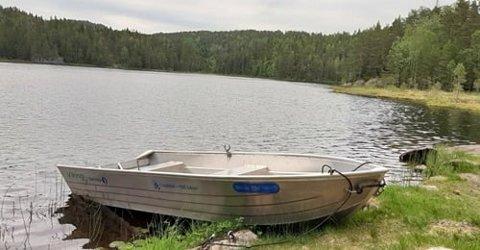 TATT MED TILHENGER: Båten var ikke så dyr, den ble kjøpt for rundt 25.000 kroner i 2017, men den har betydd mye for dem som vil ta seg en tur ut på Store Surte for å fiske. Nå er den vekk.