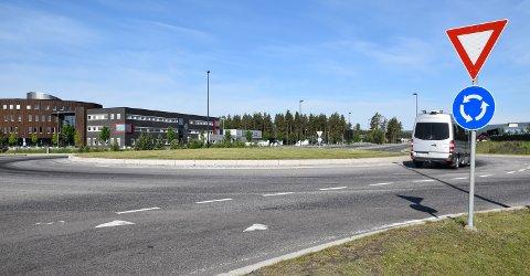 LITE PYNT: Om våren blomstrer krokus i rundkjøringen ved Basthjørnet i Elverum, men i dag er det bare plen.