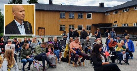 NY SKOLE: Mange hadde møtt opp for å markere åpningen av den nye, private videregående skolen på Koppang. Assisterende fylkesmann Sigurd Tremoen sto for den offisielle åpningen.