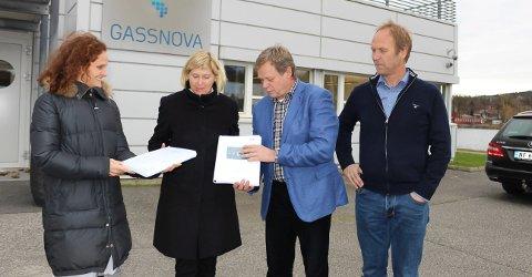KARBONFANGST: Adm.dir. Trude Sundset i Gassnova får her overrakt rapportene om CO2-fangst prosjektene fra Jannicke Bjerkås i Fortum Oslo Varme (t.v.) og direktør for bærekraft og alternativ brensel i HeidelbergCement Per Brevik. Prosjektleder Thor Gautestad ved Norcem Brevik er fornøyd med prosjektet så langt.