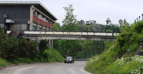 Porsgrunn kommune har gitt eieren av Korvetten hybelhotell påbud om å stenge gangbrua over Torskebergvegen i Brevik.