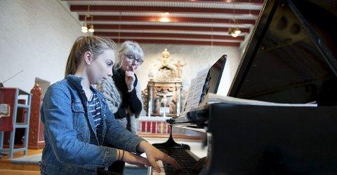 Konsentrasjonen på topp: Dina Buer øvde sammen med Darlén Bakke i Rakkestad kirke torsdag ettermiddag.