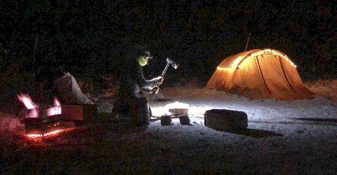 I villmarka: Joar Leifseth Ulsom fra Rana trekk- og brukshundklubb elsker villmarka. I snart et helt tiår har han bodd i Alaska. I høst har det vært litt reising for å finne de gode treningsforholdene og det har gitt mange overnattinger i telt. – Akkurat slik vi liker det best, sier Iditarod-stjernen. Foto: Privat